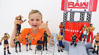 Vlad dan Nikita bermain dengan WWE Mainan