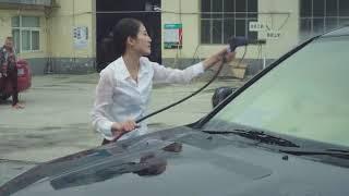 美女自己去修車廠洗車 穿的衣服濕了太顯眼了 引來了路人