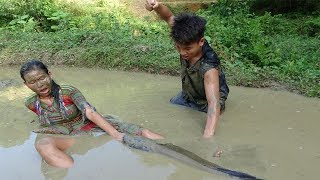 Survival Skills   Primitive Life Catching Big Catfish By Hand And Cooking Catfish   Eating Delicious