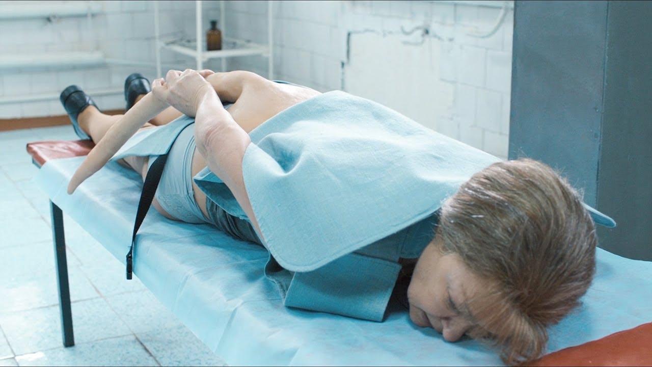 女子突然长了一条尾巴,帅气医生立马追求,结局却让女子失望!