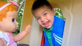 Ричард катает малышку на качелях и в коляске