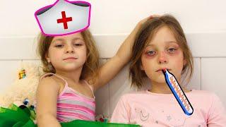 Ева заболела, а Лиза как мама помогает ей | Играем в Доктора - Весёлое видео для детей