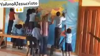 Niños Africanos Oran por las Naciones y Coronavirus