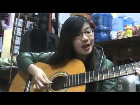 Cô gái vừa đàn vừa hát
