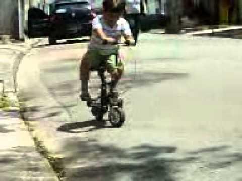 caua andando de mini bike azor punk