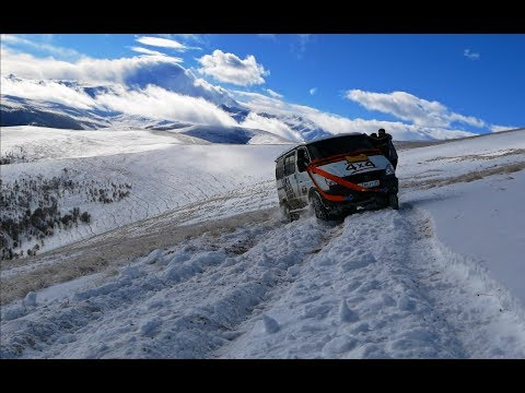 The patency of the Russian SUV in the snow in the mountains