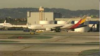 Boeing 777 at Los Angeles International Airport LAX - Airport Movement - 010210  - Aviation