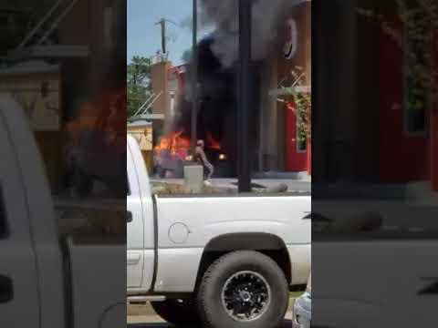 El Gallo Por La Mañana - Camioneta explota después de incendiarse en una unidad de  Burger King