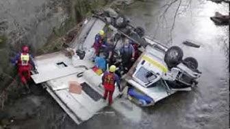 Miesbach: Wohnmobil stürzt in die Schlierach - drei Personen verletzt