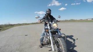 Учится ездить на мотоцикле
