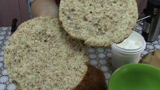 Ореховый бисквит и сметанный ореховый крем.