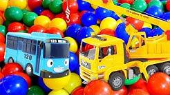 Auttaja-autojen tarinoita. Avataan lelunosturi pakkauksestaan! Auto- ja kuormurivideoita.