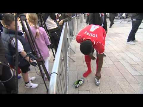 Kolo Touré offre ses chaussures à une fillette - © BBC Sport 1