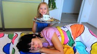 Мама ты спишь? Полина сама собирает маму на работу! Видео для детей