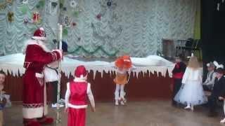 Цирковой дед Мороз в школе, оригинально поздравляет детей(Оригинальный подарок первоклассникам от Деда Мороза, покрутить тарелочку, походить на ходулях и посмотрет..., 2014-12-25T13:50:19.000Z)