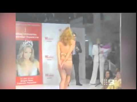 Jennifer Hawkins 2004 catwalk wardrobe malfunction