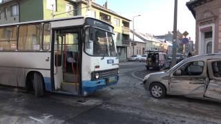 Ikarus busz elé hajtott a piros lámpát figyelmen kívül hagyó Citroen -  ketten megsérültek