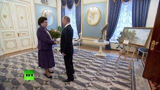 Путин подарил на юбилей Терешковой скульптуру и картину с чайками