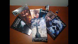 Livros de poesia gótica e contos de terror.