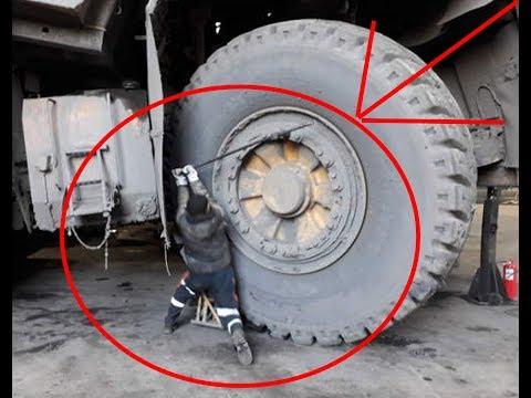 Смотреть Что будет если проткнуть колесо на БЕЛАЗЕ Стоимостью 2.5 млн онлайн