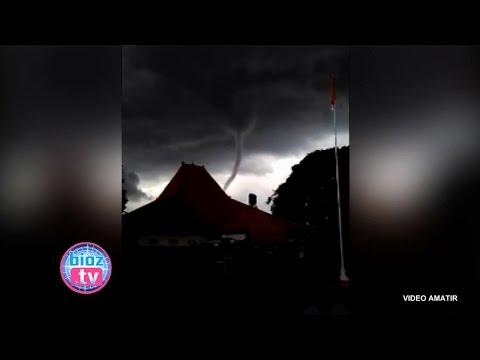 penampakan-pusaran-angin-puting-beliung-nyaris-sedot-kota-trenggalek---bioz.tv