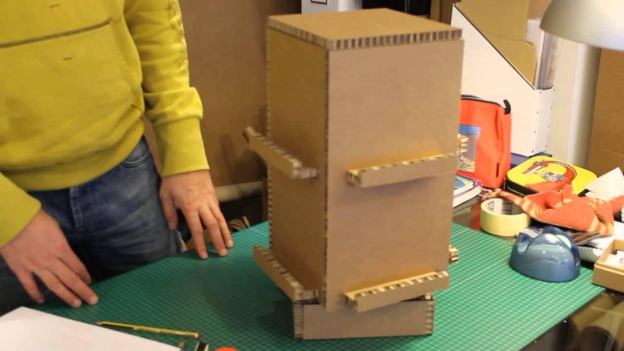 José Orna enseña su estantería de cartón - YouTube