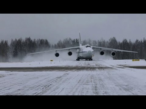 Уникальные кадры из Брянской области, где сверхтяжелые самолеты Ан-124 исполняют фигуру