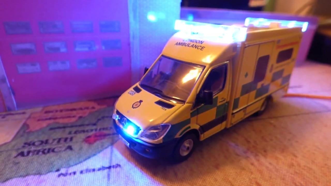 Oxford  1//76  Mercedes ambulance London with flashing emergency lights