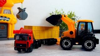 Видео с игрушечным трактором. Видео для детей. Рабочие машины
