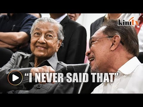 Dr Mahathir holds microphone for Anwar when asked about internal sabotage