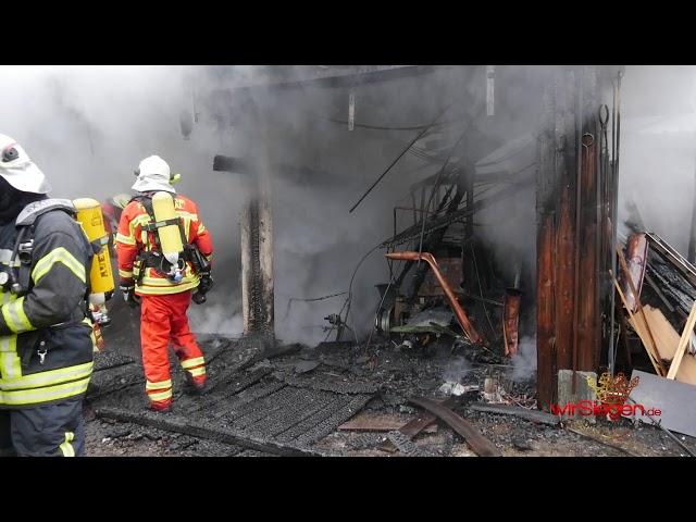 Scheune mit Landwirtschaftlichen Fahrzeugen fällt Flammen zum Opfer