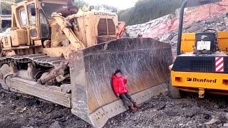VÍDEO para NIÑOS | ENORMES MEGA MÁQUINAS de CONSTRUCCIÓN CATERPILLAR REALES BIG CAT(, 2017-02-25T16:12:33.000Z)
