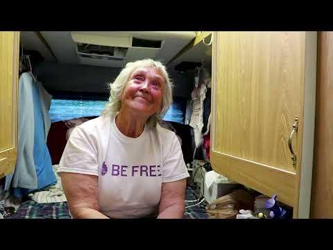 """Wendy, uma mulher de 76 anos que vive na """"Van"""" Coachman Class B."""