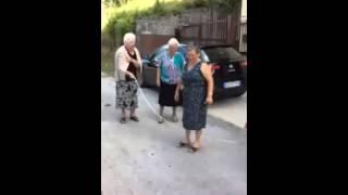 نساء كبار السن يلعبن نط الحبل