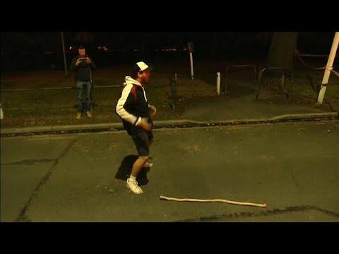 شاهد: رجل يؤدي رقصة الحرب لسكان نيوزيلندا الأصليين في موقع مجزرة المسجدين…  - 18:53-2019 / 3 / 16