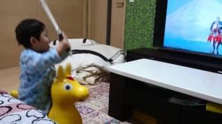 暴れん坊将軍の音楽が流れると馬の玩具に乗って真似をする.