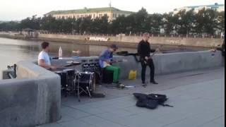 Уличные музыканты играют в память о солисте Linkin Park
