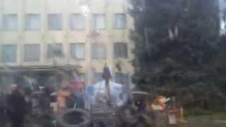 Захваченный исполком города Краматорска донецкая область(Захваченный исполком города Краматорска донецкой области, возле входа установлена недобаррикада, на входе..., 2014-04-13T10:42:43.000Z)