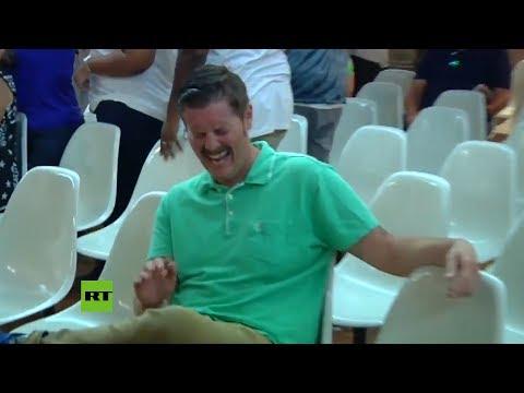 La risa viral de un hombre al escuchar a dos seguidores de Trump