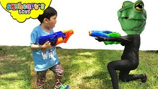 FROG INVASION WATER WAR | Skyheart battles with alien frogs water squirter toys pretend play