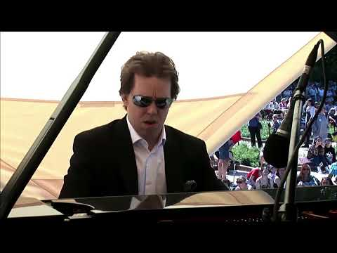 Ingolf Wunder plays Chopin live under the Chopin Monument