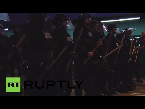 USA: Riot police stop Ferguson protesters from entering Seattle mall