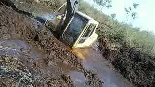 Repeat youtube video Escavadeira trabalhando na lama