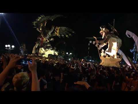 Heboh ! DUET ogoh ogoh banjar tainsiat dan banjar gemeh saat parade 2018