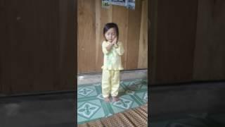 Bé 2 tuổi rưỡi, tập múa
