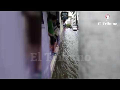 Tras la tormenta, la calle Dean Funes se convirtió en un verdadero río