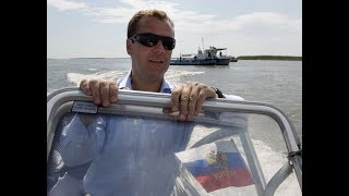 День рождения Медведева в Геленджике) Денег нет,но вы держитесь)
