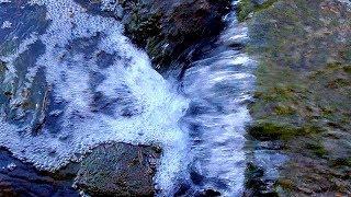 Маленький Водопад. Красивый Маленький Водопад. Вода Стекает с Камня, Бурлит и Пузырится. Футаж Вода