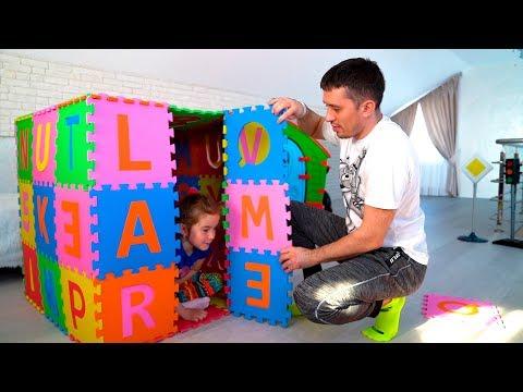 Anak-anak berpura pura bermain dengan mainan playhouse