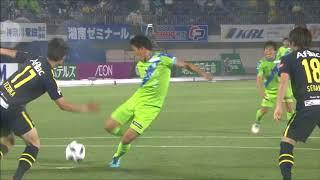 右サイドのクロスからゴール前に流れたボールを菊地 俊介(湘南)がゴー...